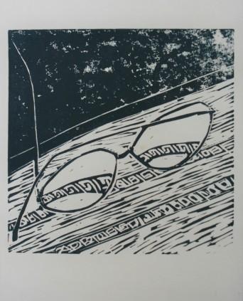 Bril op het tafelkleed Linodruk op papier 20 x 20 cm